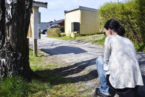 TRIST OG SINT: Mailiss Haugland er trist og sint etter hendelsen. Hun sier at folk må kunne gå rundt i nabolaget med hundene sine uten å være redd for å bli angrepet. Hun er helt knust etter at hennes hund Rambo døde fredag kveld.