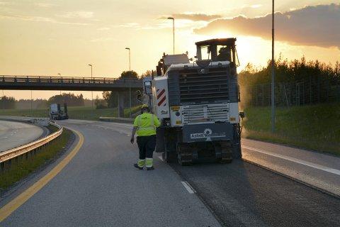FRESING: Gammel asfalt i høyrefeltene er frest bort og ny legges.
