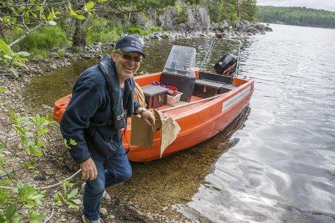 FIN SOMMERJOBB: Einar Lund jobber for Haldenvassdragets Kanalselskap. Han tømmer søppel, rydder på leirplassene og holder generell orden på de store sjøene.