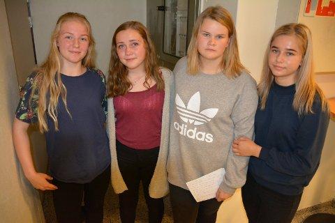 Niendeklassingene Carina Jølstadengen som fyller 14 år i desember (f.v.), Silje Gullaksen (14), Madeleine Melum (15) og Ingvild Eng (15) rørte salen - og gråt selv på bakrommet etterpå.