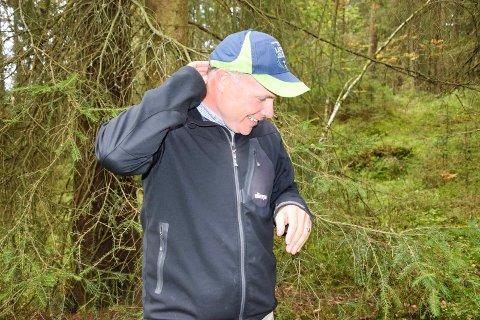 DER HAR VI'N: Hjortelusa lot ikke anledningen gå fra seg på vår lille tur ut i skogen rett ved Meieribyen. Her har flua landet i nakken på plansjefen i Skiptvet kommune.