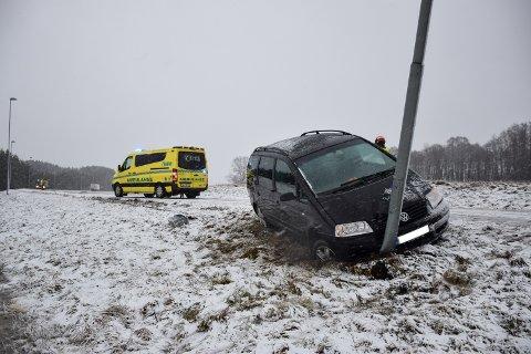 Bilen skled av veien og traff en lyktestolpe som sto i grøfta. Bilen ble skadet i sammenstøtet.