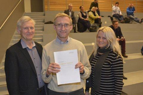 ANALYSE: Eksperter fra Agenda Kaupang har gått grundig inn i Eidsberg-skolen og har levert første rapport om sine funn. Fra venstre: Kjell Gjerdsbakk, Bjørn A. Brox og Hege Kristin Sunde.