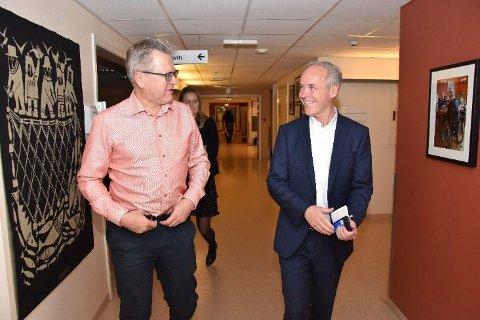 HØYREMENN: Eidsbergs ordfører Erik Unaas (H) og kommunalminister Jan Tore Sanner på vei inn til møtet tirsdag kveld.