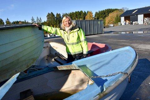 Vrakpant: Rita Heidi Eggen miljø og kvalitetssjef på IØR oppfordrer båteiere til å kvitte seg med  den gamle plastjolla. - Båteierne får en vrakpant på 1.000 kroner, opplyser hun.