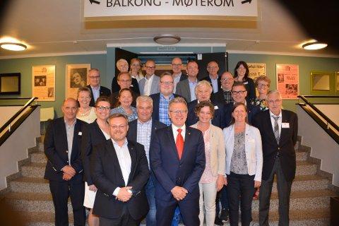 FELLESNEMNDA: Disse sitter i fellesnemnda som  forbereder sammenslåingen i 2020: EIDSBERG: Kjetil Igletjern (Ap, Ingunn Herstad Hensel (V), nestleder Erik Unaas (H), Elisabeth Strengen Gundersen (Sp) og Øyvind Reymert (KrF). HOBØL: Olav Breivik (H), Pernille Lemming (H), Håvard W. Osflaten (Ap), Grete Johanne Hansen (Ap) og Håvard Jensen (FrP). SPYDEBERG: Petter Schou (H), Knut Espeland (KrF), Rowena von Ohle (Frp), Heidi Eriksen (Ap) (Vara Gro Pettersen (Ap) er på bildet) og Tron Kallum (Sp). TRØGSTAD: Ole Andre Myhrvold er nå byttet ut med Saxe Frøshaug (Sp), Martha Herslet Holsen (Sp), Tor Melvold (Ap), Hilde Sørby Haakaas (Sp) og Christian Granli (H). ASKIM: Leder Thor Hals (H), Lise Rognerud (H), Ingolf Paller (Frp), Kathrine Hestø Hansen (Ap) og Lars Holene (Sp).
