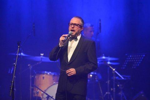 SANG: Alexander Hermansen både sang og snakket en del.