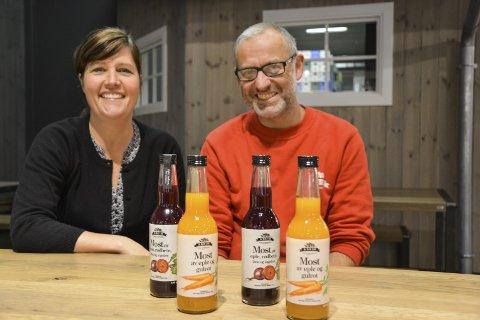 Smaksutvikling: Astrid Lier Rømuld (45) og Tor Arne Huuse (48) er stolte over de nye produktene. – Vi slet litt med bunnfelling og å få jevn farge hele veien, men det klarte vi å løse. Det viktigste er at det smaker godt. Flere yngre folk sier de liker smaken, sier Huuse.