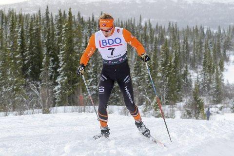 STIVNET: Thomas Gjestrumbakken fra Team Parkettpartner og Spydeberg IL bakset seg opp bakkene i løssnøen med fiskebein på blanke ski. Det var ingen suksess. Han stivnet og havnet langt bak teten til slutt.FOTO: Erik Borg