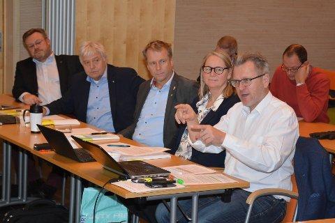 KRITIKK: Eidsbergs ordfører Erik Unaas (t.h.) var kritiske til deler av dagens arealplan og krever mer fleksibilitet i den nye som skal vedtas neste år. For øvrigt ser vi fra venstre: Thor Hals, ordfører i Askim, Olav Breivik, ordfører i Hobøl, Saxe Frøshaug, ordfører i Trøgstad og Marit Elisabeth Lillegraven Haakaas, plansjef i Trøgstad.