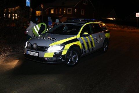 Politiet leter rundt i Askim sammen med mange frivillige og flere hunder fra Norske Redningshunder.