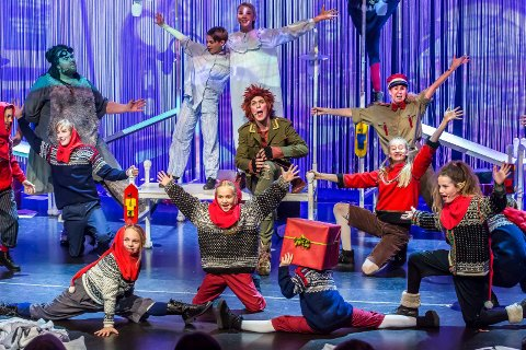 HUMOR OG FART: Søndag 26. november spilles «Natt i Nisseland» i Askim igjen. Omtalen etter premieren vitner om en morsom forestilling med mye god sang og musikk, rik scenografi og artige påfunn.