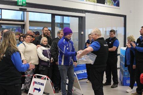 Først inn: Førstemann inn var Knut Olav Olsen, han og kompisen hadde ventet utenfor fra klokken halv sju. Varehussjef Kirsti Skogsholm delte ut gavekort til de hundre første.