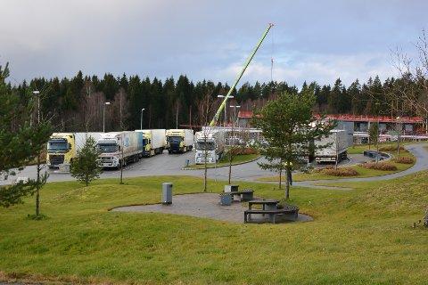 VOGNTOG: Ifølge ordfører Erik Unaas kan det enkelte dager står 30 vogntog på rasteplassen på Brennemoen. Slik vil ikke hotellet ha det.