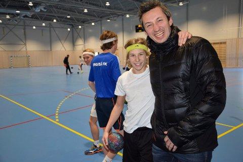 TIL DET BESTE: Per-Chato Zezanski er sportslig leder i HK Trøgstad og er en av fire ledere som har skrevet under på en unik samarbeidsavtale mellom HK Trøgstad og Trøgstad/Båstad FK. Her med håndballspiller Joacim Øien (16).