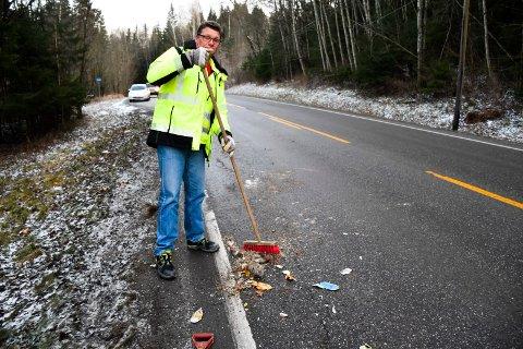 Øyvind Foss koster bort søpla.