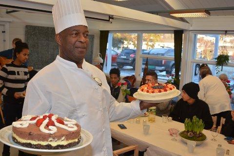 KAKER: Kokken Roy Yard bør på kaker til sine gjester. Kakene er bakt av Anette Berg og Mette Knutsen, begge frivillige.
