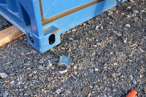 KLIPPET: Flere av hengelåsene er klippet av og ligger på bakken.