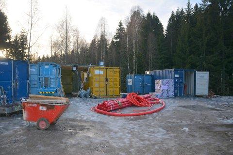 BYGGEPLASS: Tyvene har vært inne i sju containere, romstert rundt og stjålet håndverktøy.