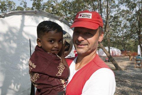Håvard Krogstad jobber som tekniker ved feltsykehuset. Han har fem år gamle Arfad på armen.