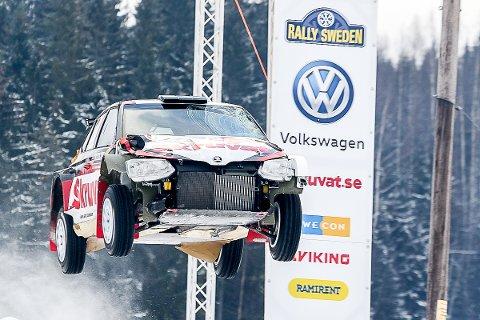 SYNGLIGE SKADER: Bilen til Henning Solberg har fått kjørt seg i helgens Rally Sverige.