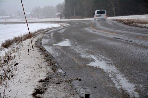 SPOR OG HULL: Fylkesvei 115 i Trøgstad har stedvis spor og hull.