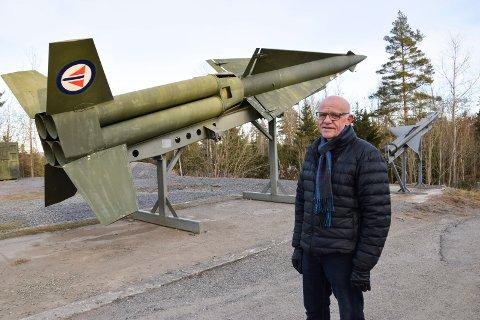 KALDE MINNER: Tor Melvold (69) var teknisk ansvarlig på de potente luftvernrakettene som skulle forsvare Oslo i tilfelle krig. Her er en «ufarlig» versjon av rakettene, som er utstilt på Trøgstad fort. Den største av rakettene, Nike-Hercules, hadde en rekkevidde på 150 kilometer og brøt lydmuren allerede etter 50 meter. Den kunne utstyres med et kjernefysisk stridshode.
