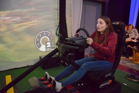 Morsom læring: Kristin Thorvaldsen (15) fikk seg noen overraskelser i den bevegelige stolen.