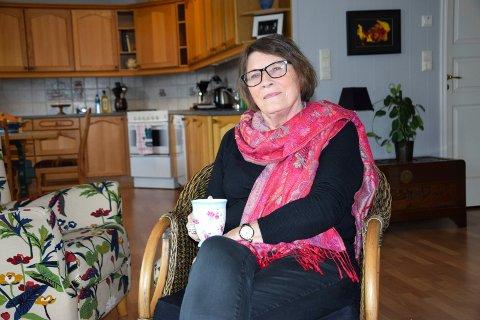 NYTT HJEM: Kari Sukkehagen har bodd i Markveien på Ørje i litt over en måned og stortrives. – Det beste stedet på jord, sier hun om livet i grensebygda.