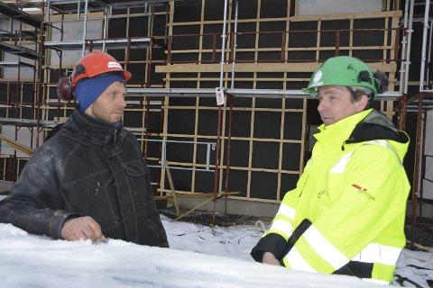 Stillaser: Byggeleder Per Eivind Fremmegård (t.v.) i entreprenørfirmaet Geir Moen as får råd av verneombud Jørgen Bjåland om montering av stillaser og sikring av arbeidsplasser.