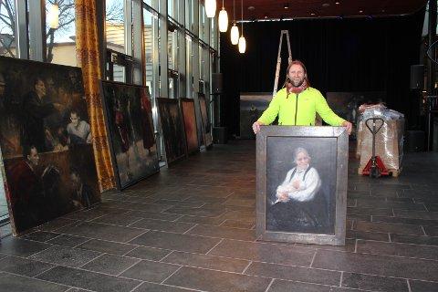 Mye å gjøre: Aune Sand begynte å henge opp maleriene klokken 16.00, og regnet med å jobbe frem til midnatt. Her med et maleri av hans mor.