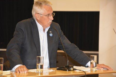 Må svare og svare: Ordfører Petter Schou (H) får en travel kveld under kommunestyrets møte torsdag. Arkivfoto
