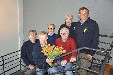 Tulipanselgere: Til helgen starter f.v. Odd Myrvang (71) og Steinar Heller (65), begge fra Mysen, Arne Dehli (80) fra Marker, Oddvar Lindås (73) fra Spydeberg, Thor Nilsen (70) fra Trøgstad og Vidar Wise (67) fra Hobøl årets tulipanaksjon i regi av Lions Club. Pengene går rett tilbake til nærmiljøet. I år feirer også Lions Club internasjonalt 100 år. Jubileet markeres i juni.