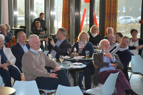 SOSIABEL SAMLING: Høyre-politikere fra Askim, Eidsberg, Spydeberg og Hobøl var samlet på bli kjent fest på P. M. Røwdes Café i Askim fredag kveld. Om ett år starter arbeidet med å lage én felles Høyreliste foran valget til kommunestyret i den nye storkommunen.