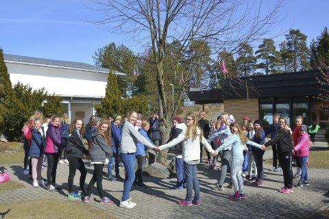TRIVSEL: Ingen elever i Østfold trives mer på skolen enn elevene på Kirkelund skole i Skiptvet. Vi besøkte skolen under den årlige trivselsuka da elevene i 5. – 7.-klassen samles og blandes for å lære hver andre bedre å kjenne.