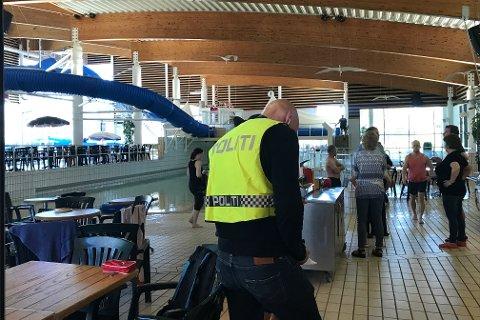 Politiet avhører vitner inne på Østfoldbadet.