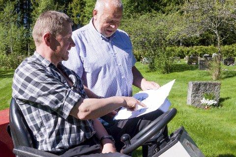 KLARE: Kirketjener Oddmund Foss (t.v.) og leder i Klund menighetsråd, Georg Spernes tar en titt på kartet over minnelunden.