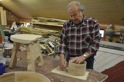 Jens Magnus Bøhler bruker mye av sin tid i snekkerverkstedet på Hesle gård.