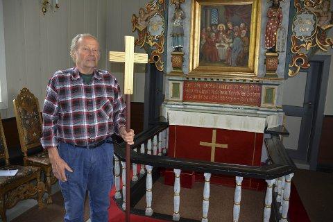 Jens Magnus Bøhler har laget et prosesjonskors som tar igjen fargene i Hovin kirke og har samme farge og striper i korset som korset i alterduken.