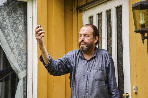 IRRITERT: Svein Erik Sunde (63) får ikke brukt mobiltelefonen sin. Han har fasttelefon, men det er langt fra en fullgod erstatning, mener han.