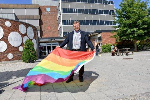 Heiser Pride-flagget: For første gang heises Pride-flagget på Askim rådhus. - Jeg har lånt et på Ørje. Jeg ønsker å fokusere på homofil ungdom i Askim og at de ikke mobbes på grunn av seksuell legning, sier ordfører Thor Hals. (H).