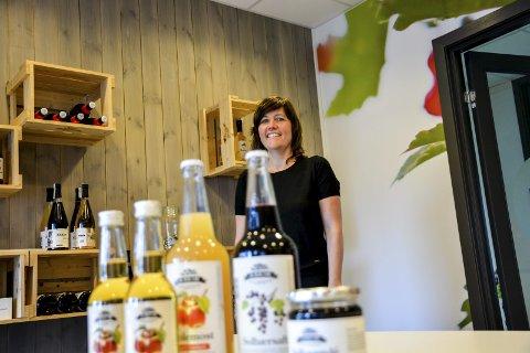 Merkevare: Daglig leder ved Askim frukt- og bærpresseri, Astrid Lier Rømuld, har satset tungt på produktutvikling og design som ivaretar den tradisjonsrike bedriftens særpreg. – Vi er blitt en reiselivsaktør, folk kommer langveis fra for å besøke oss, sier hun. Foto: Aksel I. Edgar-Lund