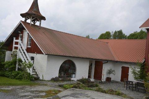 Fjøset: Siden 2012 har eierne av Vien gård hatt utstillinger med ulike kunstnere. Det gamle fjøset er bygd om til atelier og butikk.