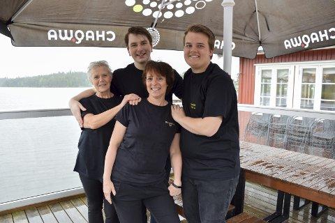 Skal jobbe: Evy Klund (f.v.), Mathias Husebråten, Nette Andersson og Lars Andreas Granli er fire av 22 som skal jobbe på den idylliske restauranten på Rødenessjøen i Ørje.