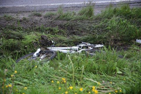UNDER BILEN: Sykkelen bar preg av å ha havnet under bilen.