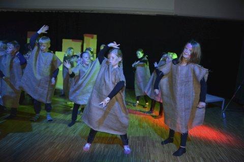 Nettroll: Siste akt i teaterstykket var trolldansen. Elevene på 3. trinn ved Vestgård har hatt danselærer Kai-Anders Ryan og teaterlærer Anne Kristin Kåvin som instruktører.