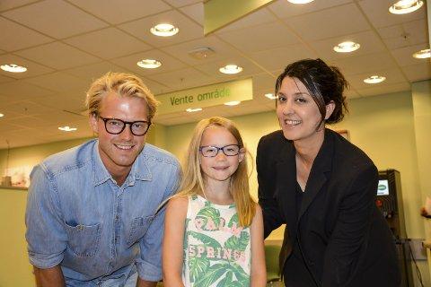 Brillefint: Eilev Bjerkerud (f.v.), Kristiana Hasle Mandelid og optiker Negita Jørgensen håper at alle skjønner at med briller ser du bra, og du ser bra ut i tillegg.