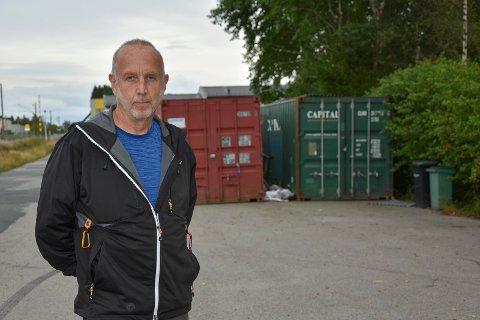 Morten Hansen er leder av Indre Østfold hundeklubb. Her foran kontainerne hvor utstyret ble lagret.