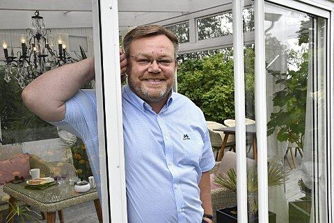 Trives i lysthuset: Thor Hals nyter sommerdagene i lysthuset i hagen. På bordet står kringla klar for besøkende som måtte svippe innom. Tirsdag feirer ordføreren 50 år og i dag blir det stor fest på Gilje.