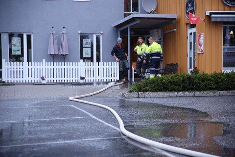 PUMPER: Her pumper brannvesenet kjelleren ved Spydeberg Torg tom for vann.